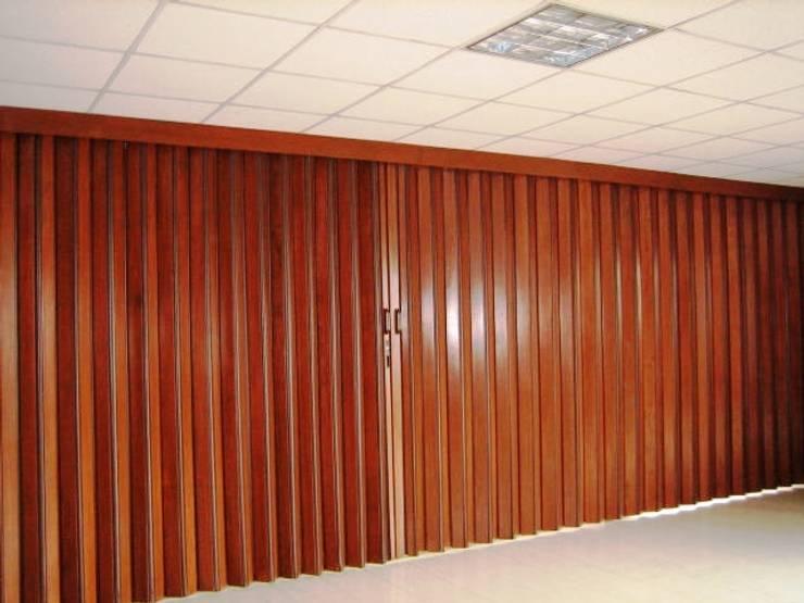 MADERA CEDRO : Salas de estilo moderno por PERSIANAS DE COLOMBIA