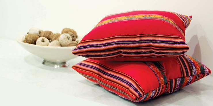 Almohadón Decorativo Aguayo Peruano Rojo: Hogar de estilo  por Neyque,