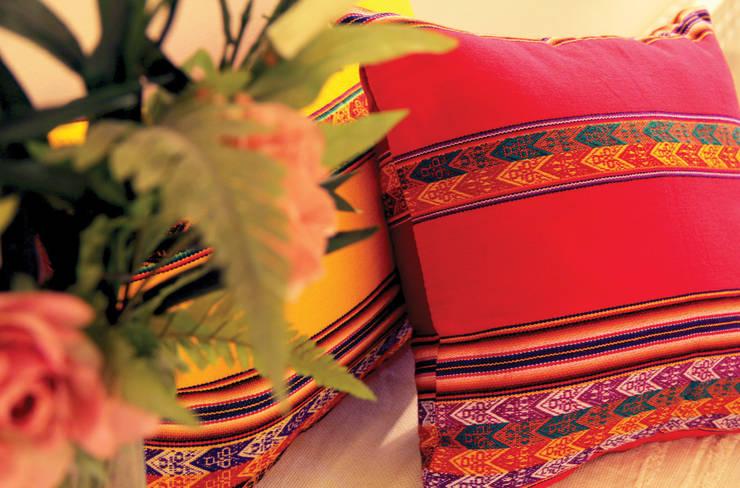 Almohadones Aguayo Peruano: Hogar de estilo  por Neyque,