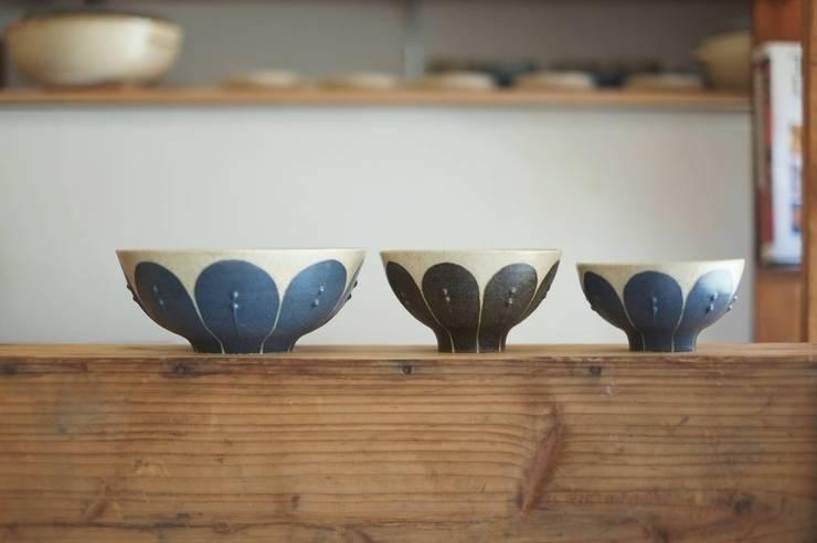 花のどんぶり、お茶碗の大、中: 苔色工房が手掛けたダイニングルームです。