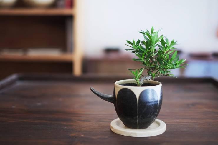 花の植木鉢: 苔色工房が手掛けたダイニングルームです。