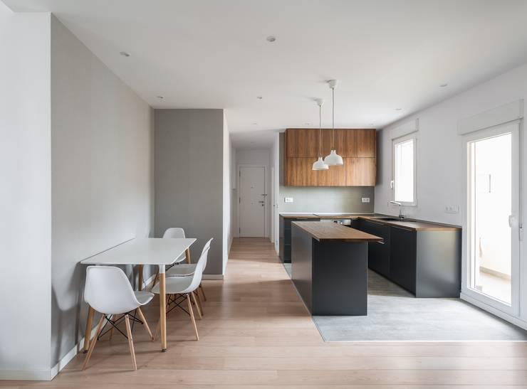 Cocina y Comedor: Comedores de estilo minimalista de LLIBERÓS SALVADOR Arquitectos
