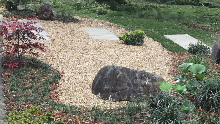 Jardim com piscina natural: Jardins  por Atelier Jardins do Sul