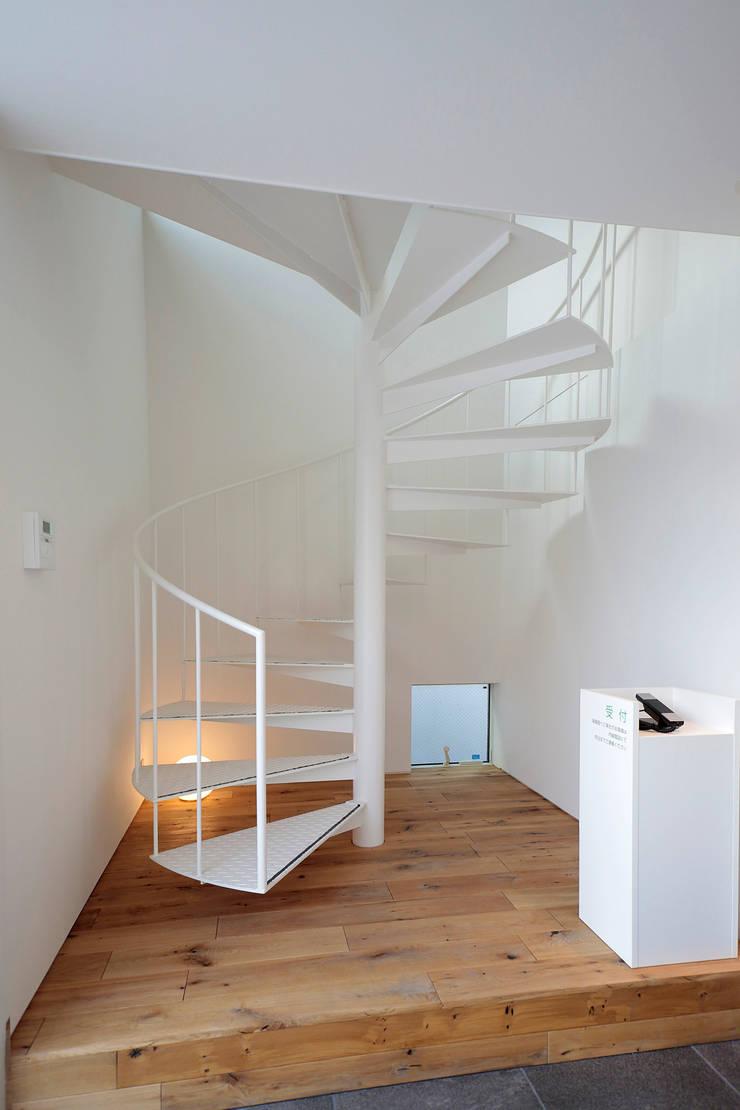 ホール: ニュートラル建築設計事務所が手掛けた廊下 & 玄関です。