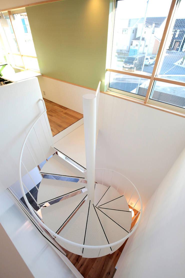 三島丘の社屋: ニュートラル建築設計事務所が手掛けた廊下 & 玄関です。