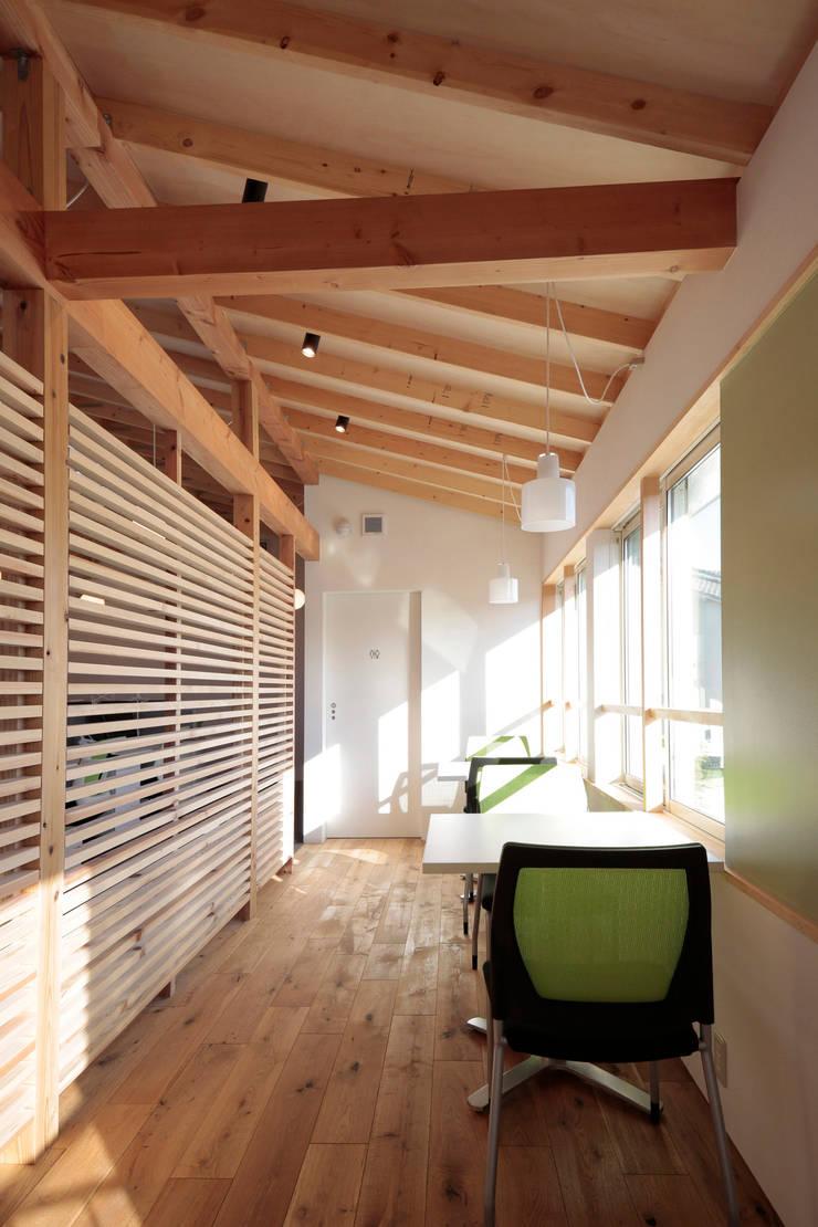 2階 打ち合わせスペース: ニュートラル建築設計事務所が手掛けた廊下 & 玄関です。