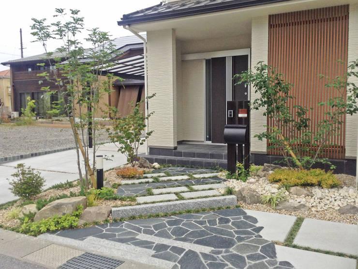 落ち着いた雰囲気の現代和風エクステリア: 匠ガーデンが手掛けた一戸建て住宅です。