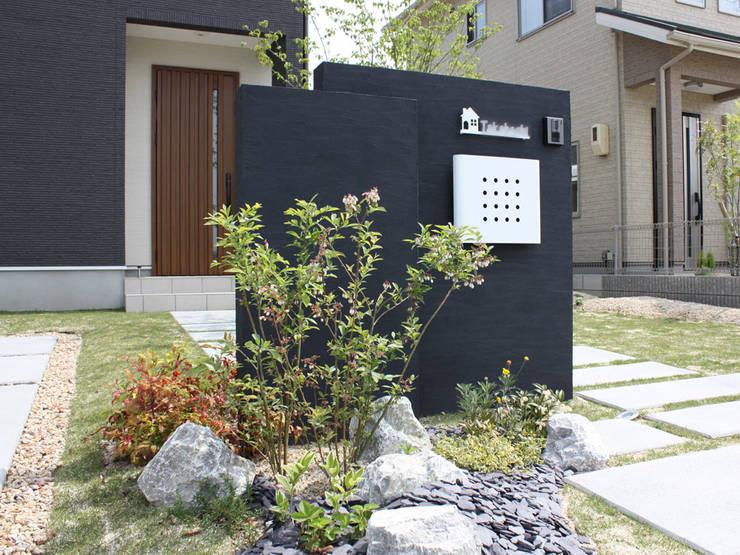 芝生が映えるナチュラルモダンなエクステリア: 匠ガーデンが手掛けた庭です。,モダン