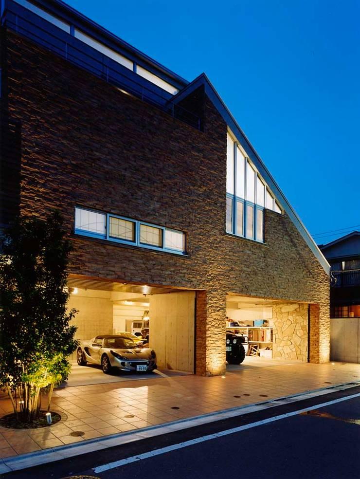 外観・ガレージ: 株式会社 t2・アーキテクトデザイン 一級建築士事務所が手掛けた庭です。,