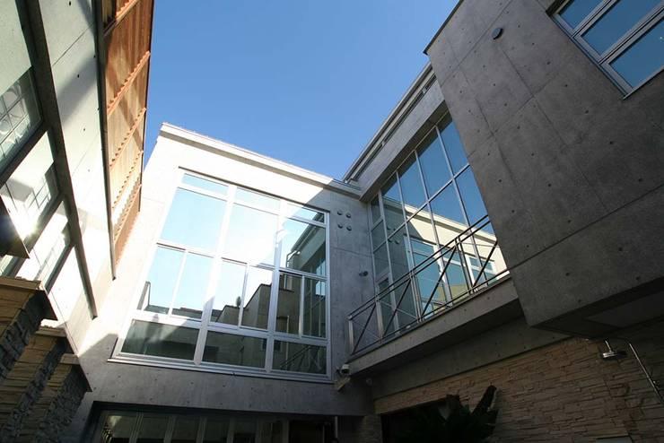 2階窓: 株式会社 t2・アーキテクトデザイン 一級建築士事務所が手掛けた窓です。,
