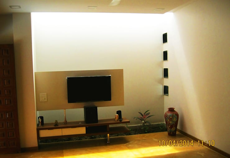 THE CAFTED HOUSE :  Living room by ar.dhananjay pund architects & designers ,Asian