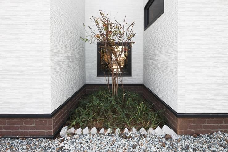 햇살품은 미니멀리즘 주택   [용인 방아리]: 윤성하우징의  베란다