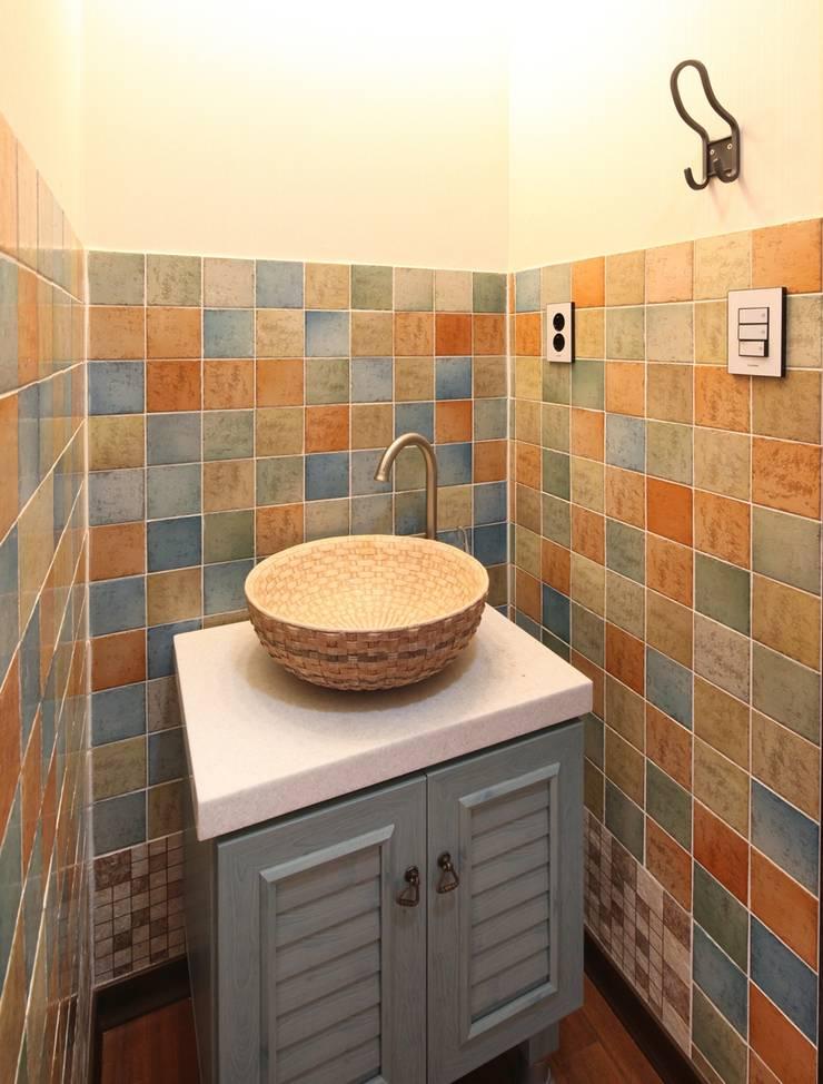 햇살품은 미니멀리즘 주택   [용인 방아리]: 윤성하우징의  욕실