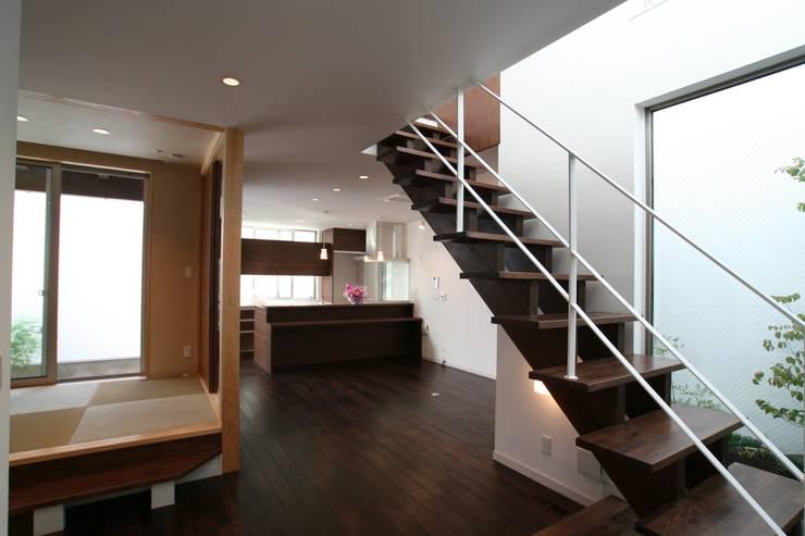 階段 モダンスタイルの 玄関&廊下&階段 の 株式会社 t2・アーキテクトデザイン 一級建築士事務所 モダン 木 木目調