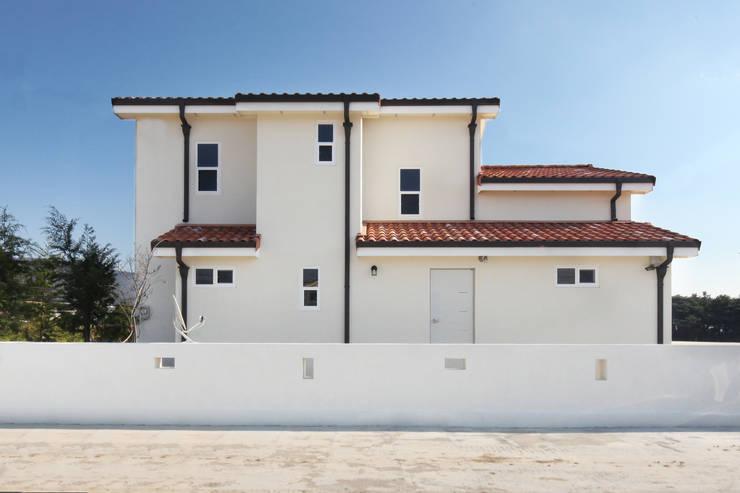 Projekty, śródziemnomorskie Domy zaprojektowane przez 윤성하우징