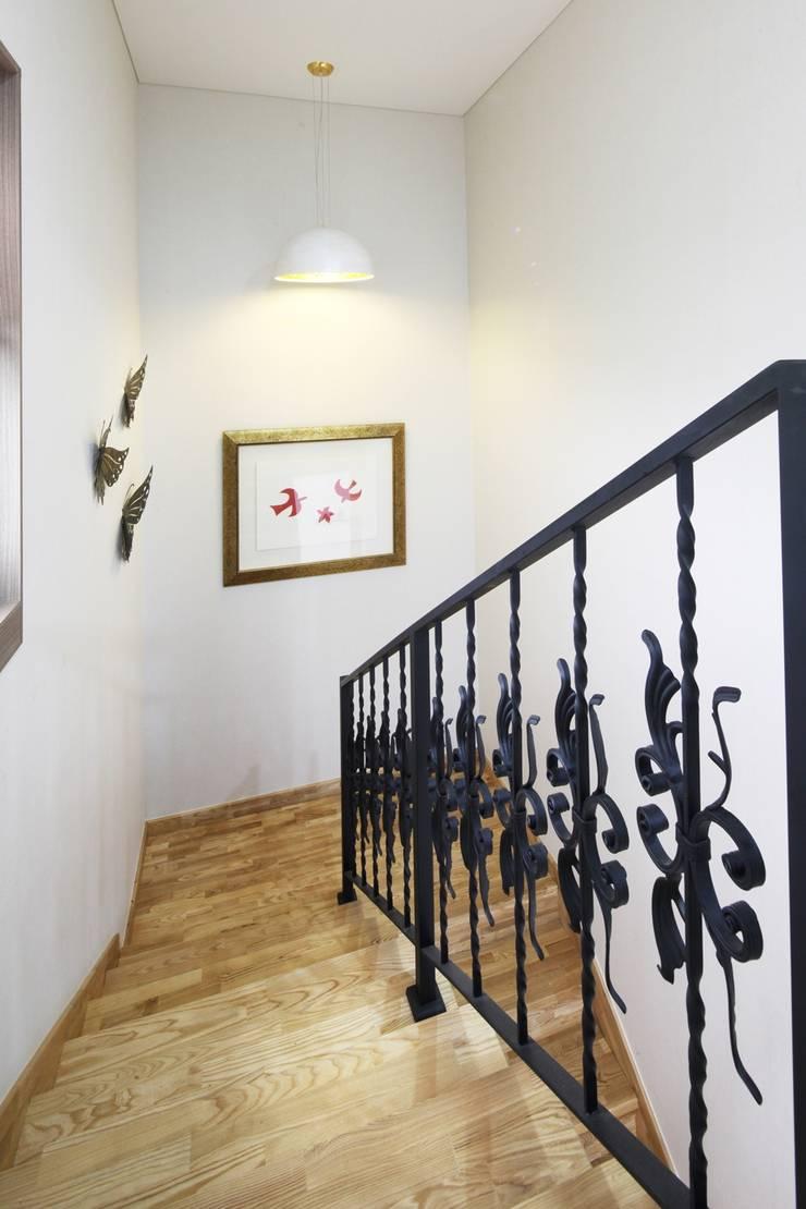 썬룸에서 즐기는 따뜻한 햇살 [서산 부산리]: 윤성하우징의  복도 & 현관