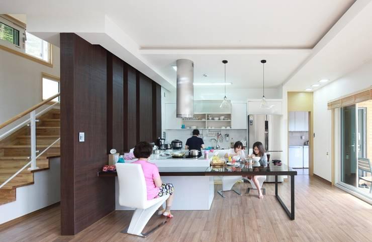 하늘과 직선의 매력이 합해진 집 [양평 명달리]: 윤성하우징의  다이닝 룸