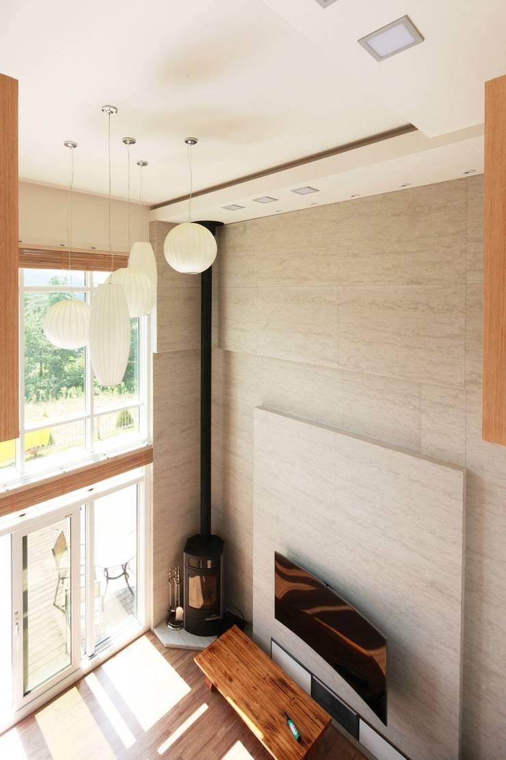 하늘과 직선의 매력이 합해진 집 [양평 명달리]: 윤성하우징의  거실