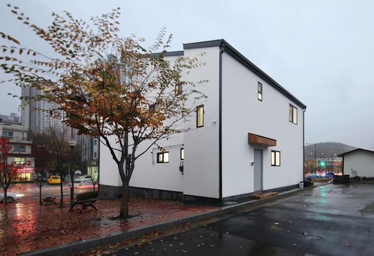 모던 심플한 스타일의 듀플렉스형 주택 [용인 상현동]: 윤성하우징의  주택