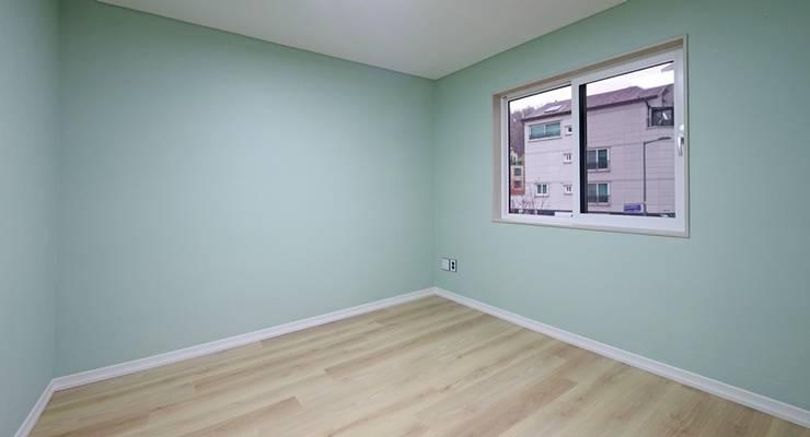 모던 심플한 스타일의 듀플렉스형 주택 [용인 상현동]: 윤성하우징의  침실
