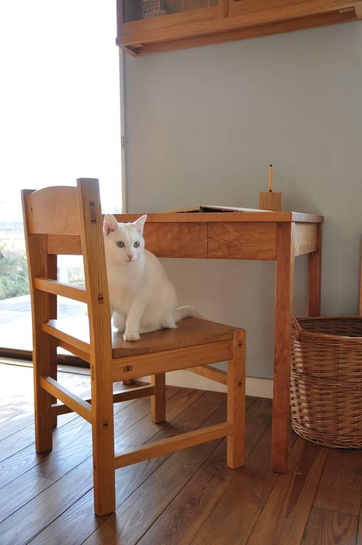 table and chair: WOOD STUDIO KUZE'Sが手掛けた多目的室です。