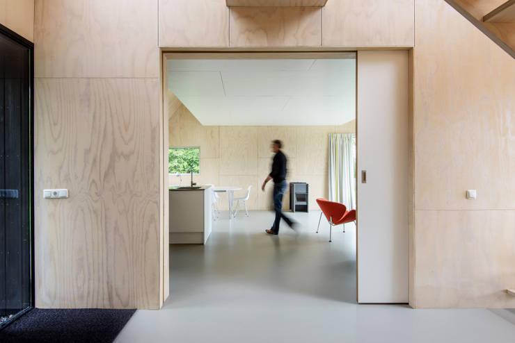 Zomerhuis Midlaren: minimalistische Woonkamer door Kwint architecten