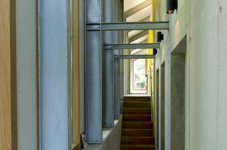 Schuurwoning Loenen aan de Vecht:  Gang en hal door Kwint architecten