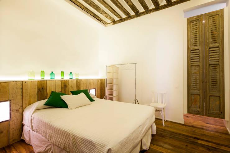 The Sibarist Rastro : Dormitorios de estilo rústico de The Sibarist Property & Homes