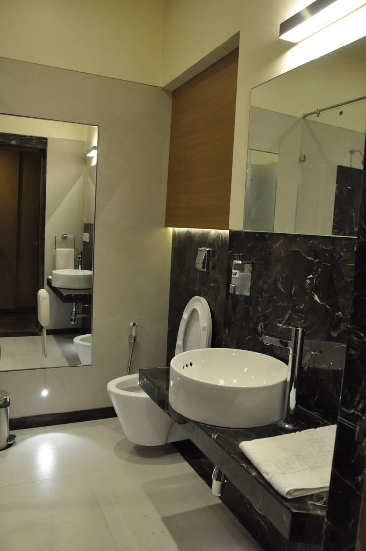 Ensuite bath:  Hotels by SDI consultants pvt ltd,Colonial