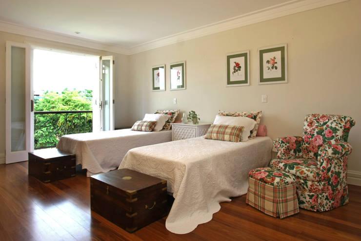 Camera da letto in stile In stile Country di Célia Orlandi por Ato em Arte