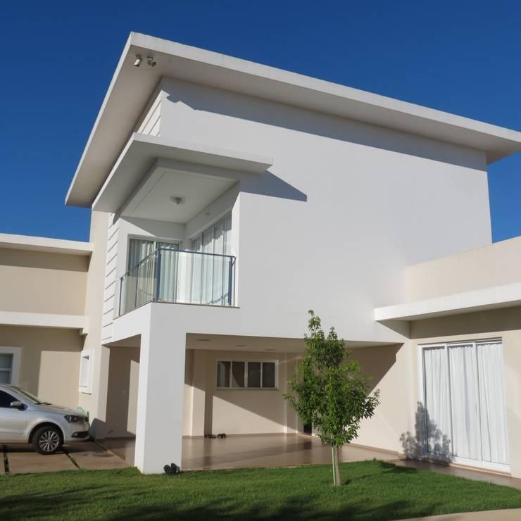 Vista para a ala de garagem e Varanda do quarto de hóspedes: Casas modernas por Lu Andreolla Arquitetura
