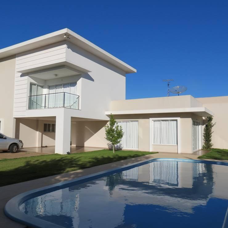 Vista área de piscina : Casas  por Lu Andreolla Arquitetura,