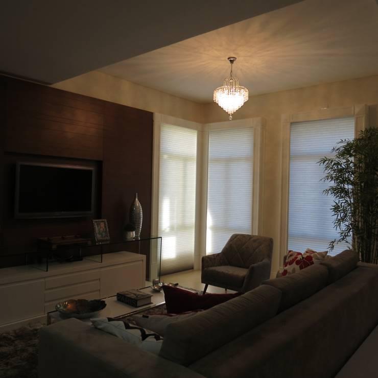 Sala de estar e Tv: Salas de estar  por Lu Andreolla Arquitetura,