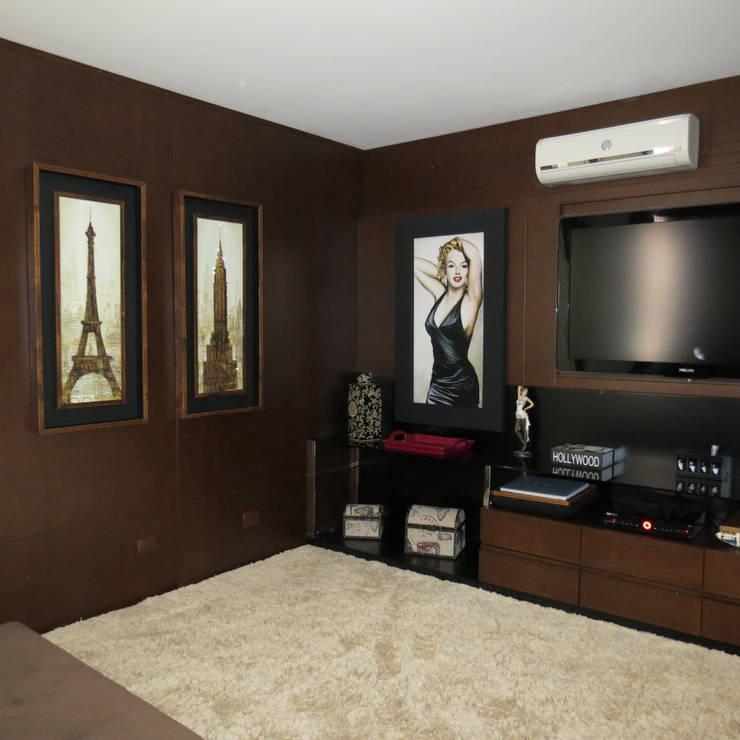 Sala de Home Theather anexa ao salão gourmet: Salas multimídia  por Lu Andreolla Arquitetura,