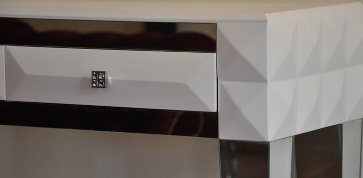 Komoda z lustrzanymi nogami : styl , w kategorii Korytarz, hol i schody zaprojektowany przez ACOCO DESIGN