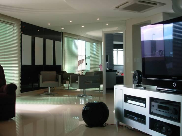 Ruang Multimedia oleh Penha Alba Arquitetura e Interiores, Klasik