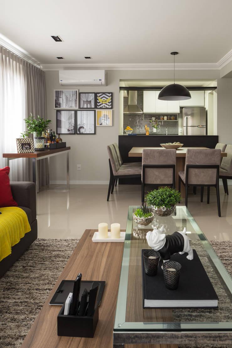 Apartamento Jovem Empresário: Sala de estar  por Stefani Arquitetura
