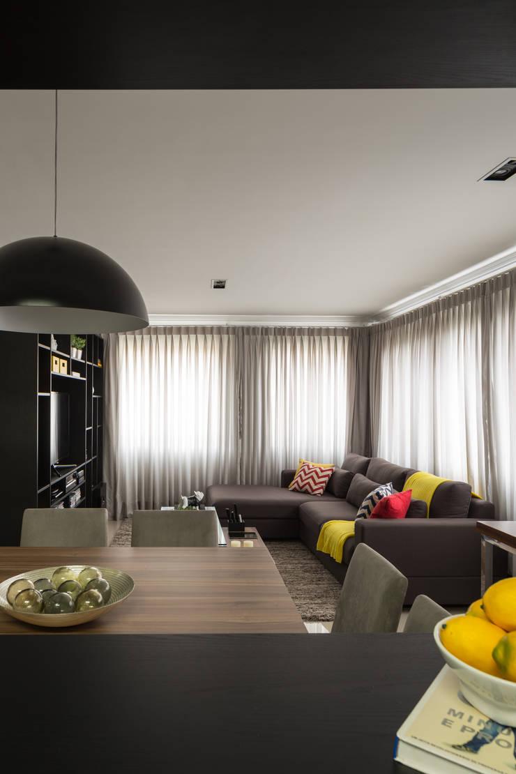 Apartamento Jovem Empresário: Sala de jantar  por Stefani Arquitetura