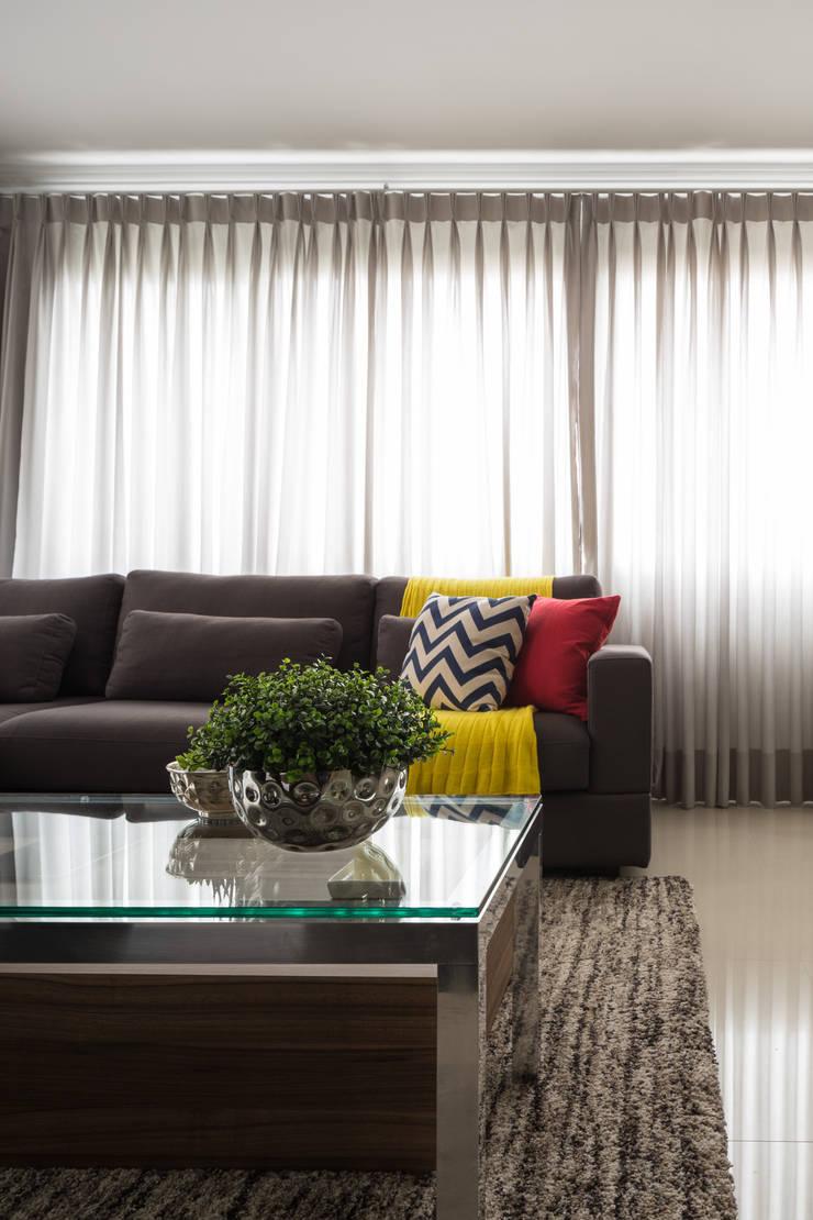 Apartamento Jovem Empresário: Sala de estar  por Stefani Arquitetura,