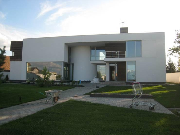 CASA BH: Casas de estilo  por INSEL electrónica e interiores