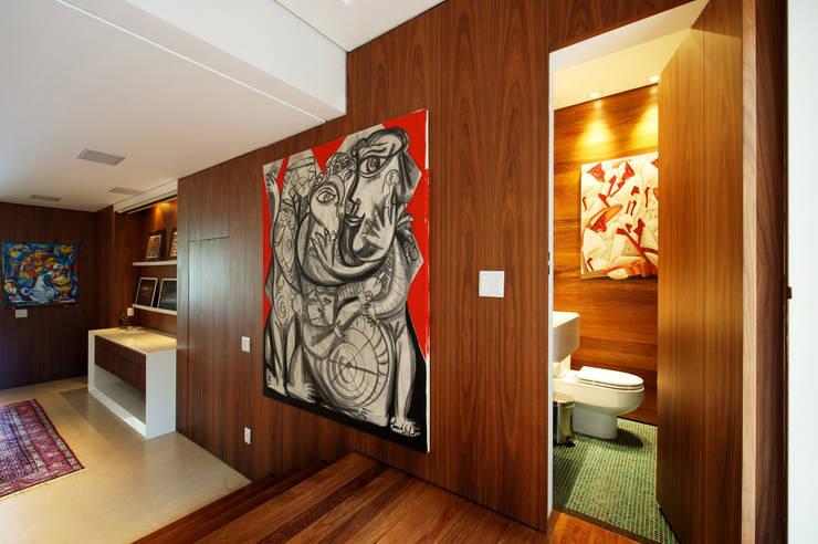 Hall de entrada e Lavabo: Corredores e halls de entrada  por Régua Arquitetura