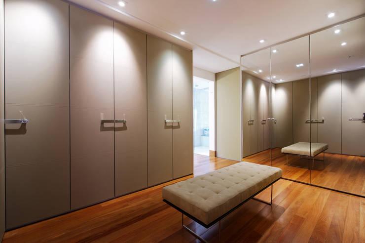 Closet Casal: Closets modernos por Régua Arquitetura