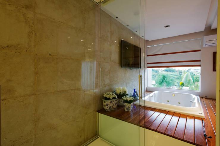 Banheiro Suíte Casal - Vista da Banheira: Banheiros  por Régua Arquitetura