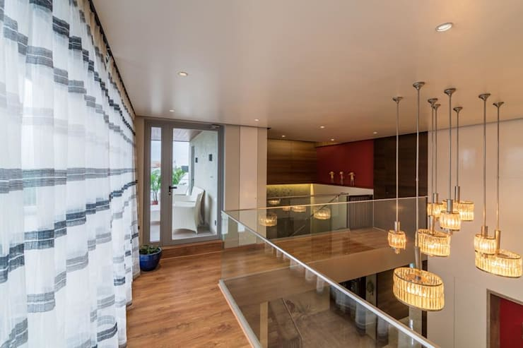 Lunavat residence:  Corridor & hallway by Archtype