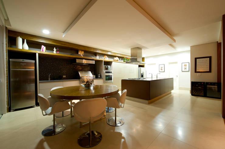 Espaço Gourmet Integrado e Sala de Almoço: Cozinhas modernas por Régua Arquitetura