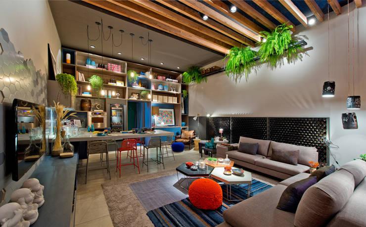 Ateliê do Mestre Cervejeiro: Salas de estar  por Sarau Arquitetura