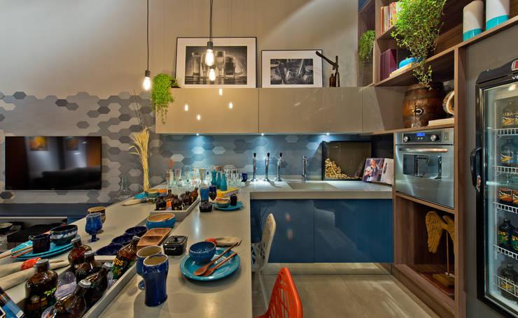 Ateliê do Mestre Cervejeiro: Salas de jantar  por Sarau Arquitetura
