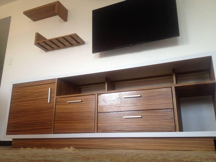 Vista general del mueble TV en acercamiento.: Oficinas de estilo  por Demadera Caracas
