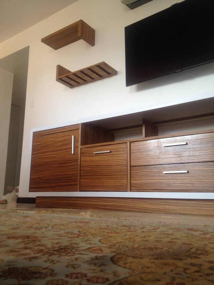 Vista general del mueble TV en acercamiento.: Estudio de estilo  por Demadera Caracas