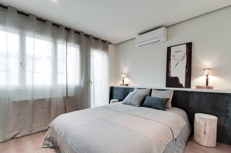 Camera da letto in stile in stile Mediterraneo di Lara Pujol  |  Interiorismo & Proyectos de diseño